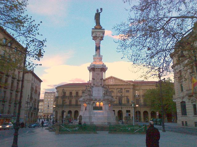Pamplona: monumento a los Fueros.