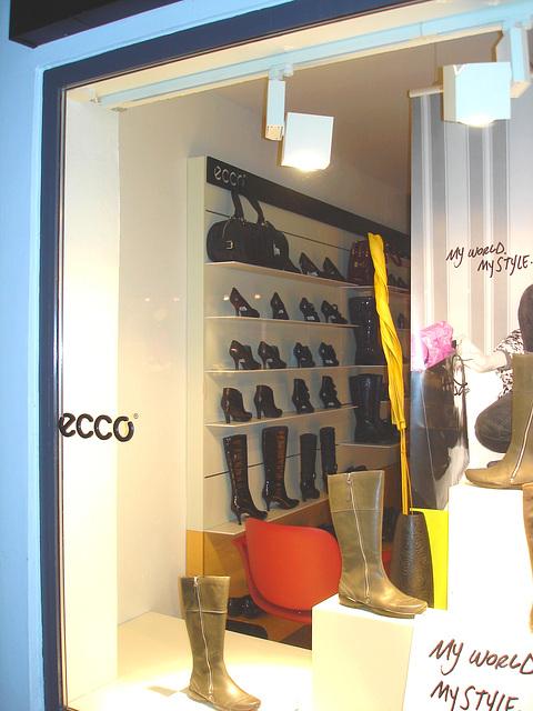 Étalage podoérotique danois / Helsingor store window footwears display .   Helsingor - Danemark / Denmark .  24-10-08- My world....my style