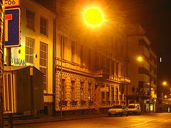 Luminosité mitigée dans une rue de Helsingor  /  Helsingor's spotlights by the night -   Danemark / Denmark.  24-10-08  - Night sun / Soleil de nuit.