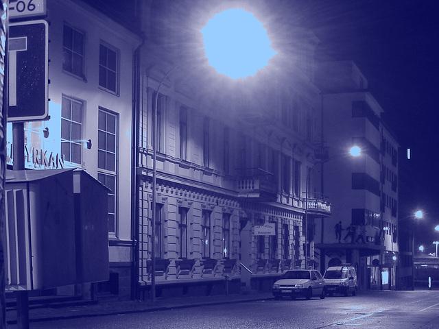 Luminosité mitigée dans une rue de Helsingor  /  Helsingor's spotlights by the night -   Danemark / Denmark.  24-10-08- Blue sun /  Soleil bleu