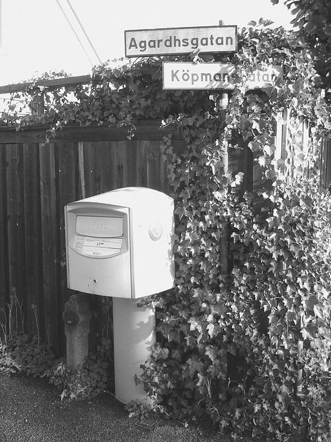 Boîte publique pour dépôt postal -  Postal street box - Båstad .  Suède - Sweden. 25-10-2008 - N & B