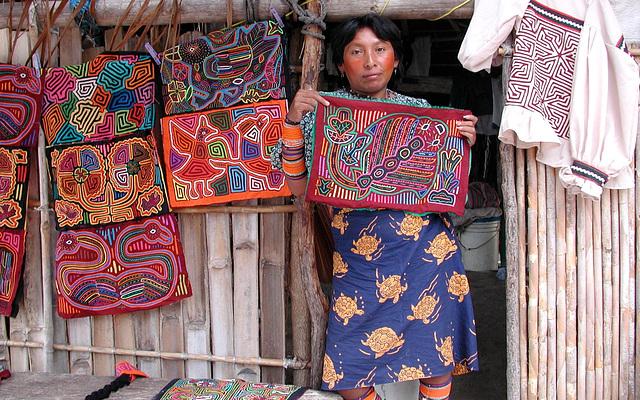 Woman Kuna - Molas for sale, Colombie