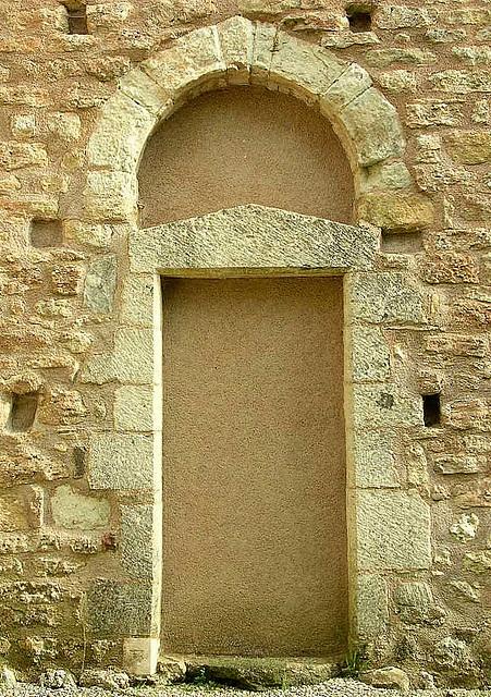 ancienne porte de l'église de Lévas