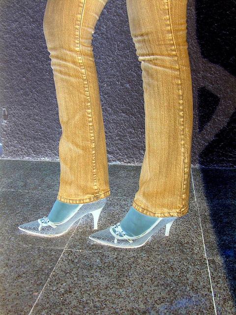 Jeans et escarpins de luxe /  Luxurious pumps and close-fitting jeans -  Cadeau d'une Amie photographe complice Ipernity !-  Effet de négatif