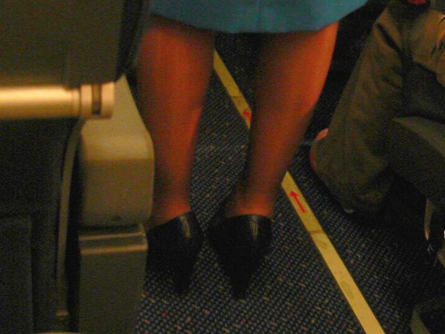 KLM flight attendant in high heels / Hôtesse de l'air  de KLM en talons hauts - Correctiion gamma niveau 2 et couleurs ravivées.