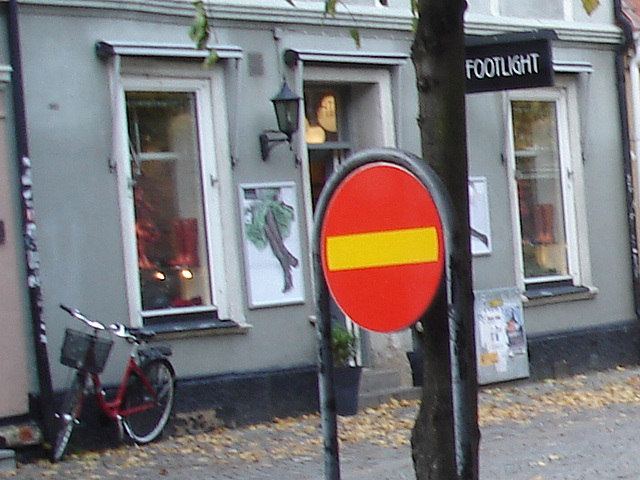 Sens unique rouge vers façade podoérotique / Red one way toward footlight façade sight  -  Helsinborg / Suède - Sweden.  22 octobre 2008