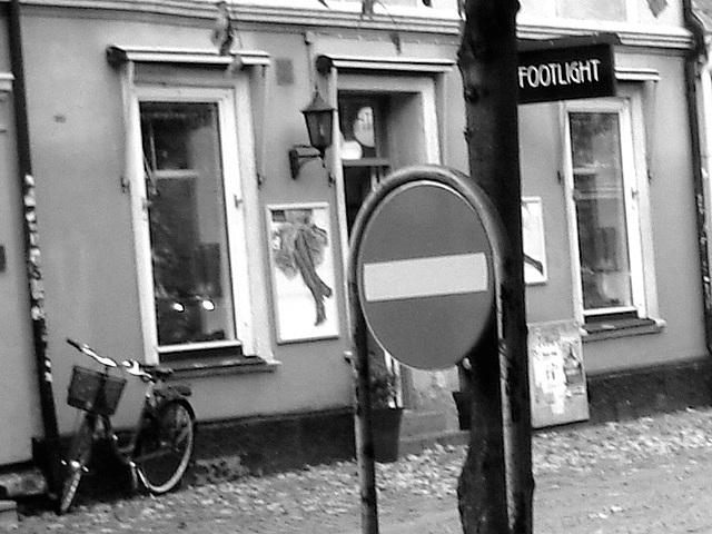 Sens unique rouge vers façade podoérotique / Red one way toward footlight façade sight  -  Helsinborg / Suède - Sweden.  22 octobre 2008 - N & B