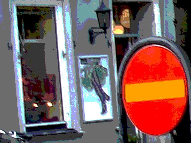 Sens unique rouge vers façade podoérotique / Red one way toward footlight façade sight  -  Helsinborg / Suède - Sweden.  22 octobre 2008 - Postérisée