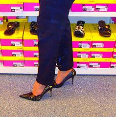 Mon Amie M@rie - Escarpins à talons vertigineux /  Dizzy black pumps - Cadeau Ipernity / Ipernity's gift. - Photofiltrés
