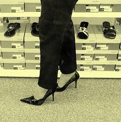 Mon Amie M@rie - Escarpins à talons vertigineux /  Dizzy black pumps - Cadeau Ipernity / Ipernity's gift. - Photo ancienne / Vintage