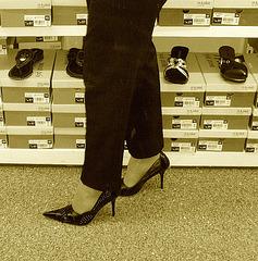 Mon Amie M@rie - Escarpins à talons vertigineux /  Dizzy black pumps - Cadeau Ipernity / Ipernity's gift.- Sepia