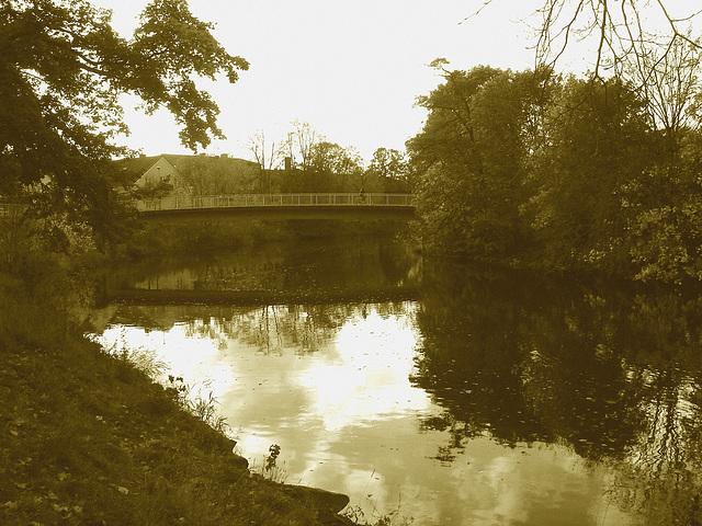 Pont et reflet de rivière - Bridge and river reflection  /   Ängelholm - Suède / Sweden.  23 octobre 2008-  Sepia