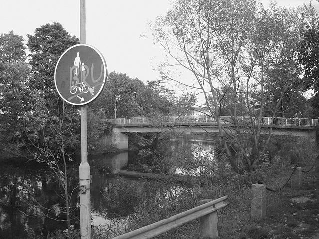 Pont et reflet de rivière - Bridge and river reflection  /   Ängelholm - Suède / Sweden.  23 octobre 2008- Noir et blanc - B & W