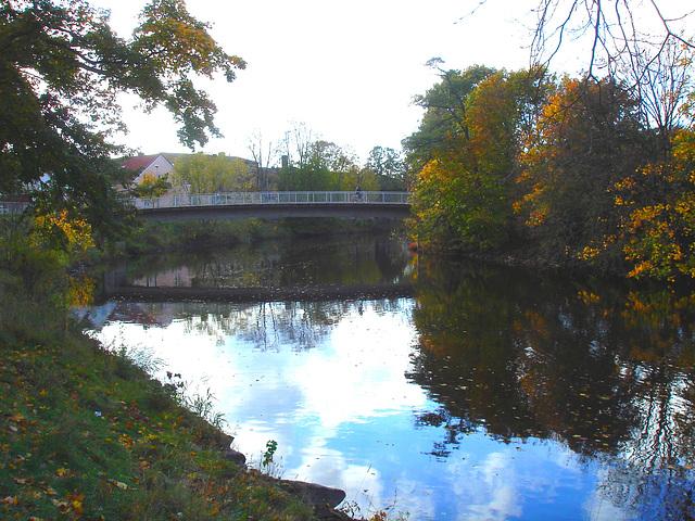 Pont et reflet de rivière - Bridge and river reflection  /   Ängelholm - Suède / Sweden.  23 octobre 2008