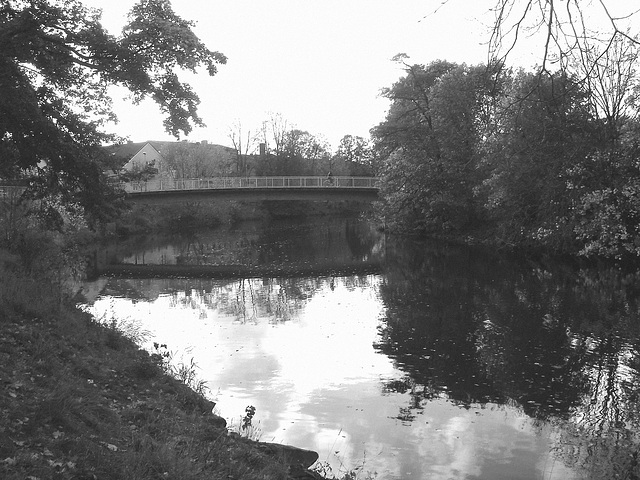 Pont et reflet de rivière - Bridge and river reflection  /   Ängelholm - Suède / Sweden.  23 octobre 2008-  B & W