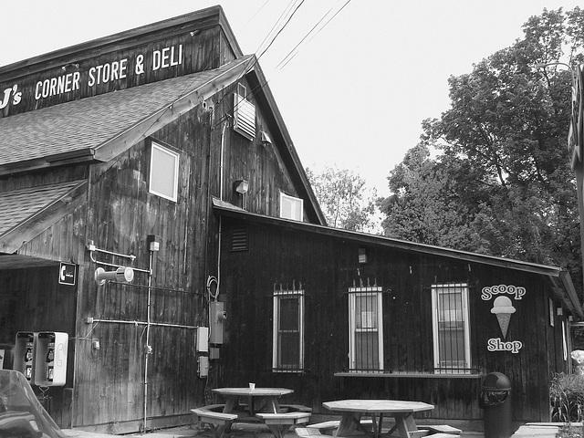 Johnson.  Vermont / USA.  23 mai 2009.   J's corner store & deli. N & B