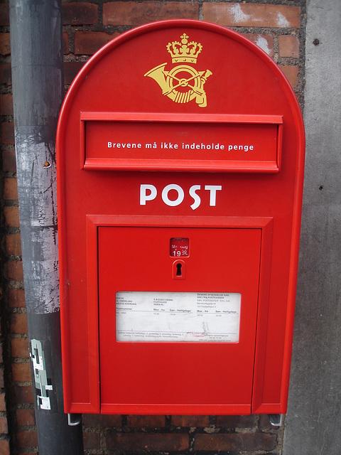 Boîte aux lettres publique  /  Red public mailbox / Copenhagen -  October 20th 2008 -  Rouge original