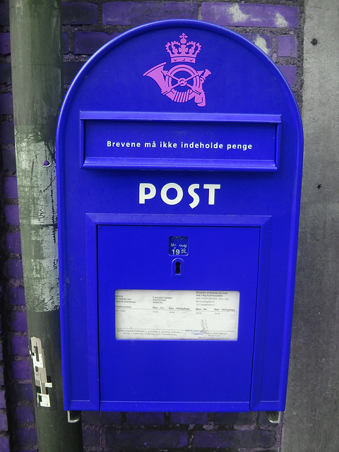 Boîte aux lettres publique  /  Red public mailbox / Copenhagen -  October 20th 2008 -  Inversion RVB