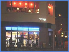 Appétit nocture tout en bleu /  Blue snack window.   Copenhague / Copenhagen.  25-10-2008 -  Noirceur originale et cadre bleu