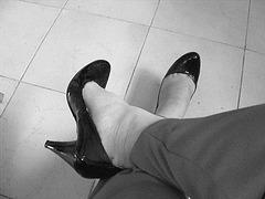 Christiane mon amie adorée  / My beloved friend Christiane -  Avec / with permission - Escarpins noirs et pantalons rouges  /  Black pumps and red pants. - N & B