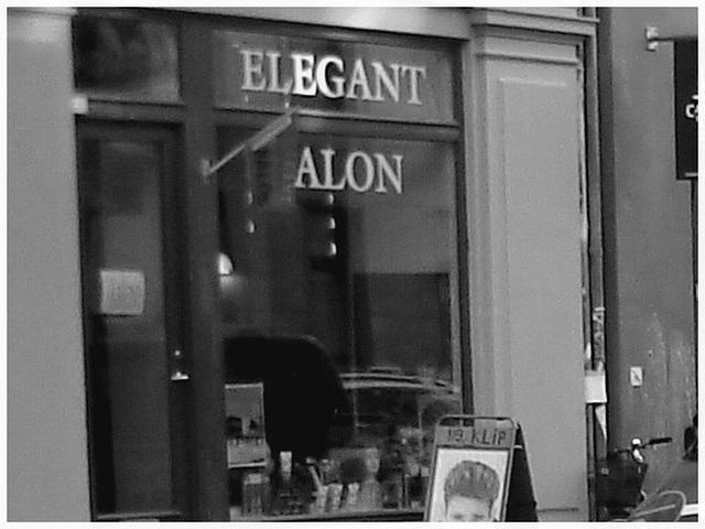 Vitrine elegant Alon / Elegant Alon store window -    Copenhague.   20-10-2008 - N & B