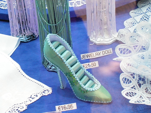 Chaussure érotique à talons hauts par Claudette en Belgique /  Shoes store window in Belgium by Claudette.  Avec / with permission.   -  Inversion RVB