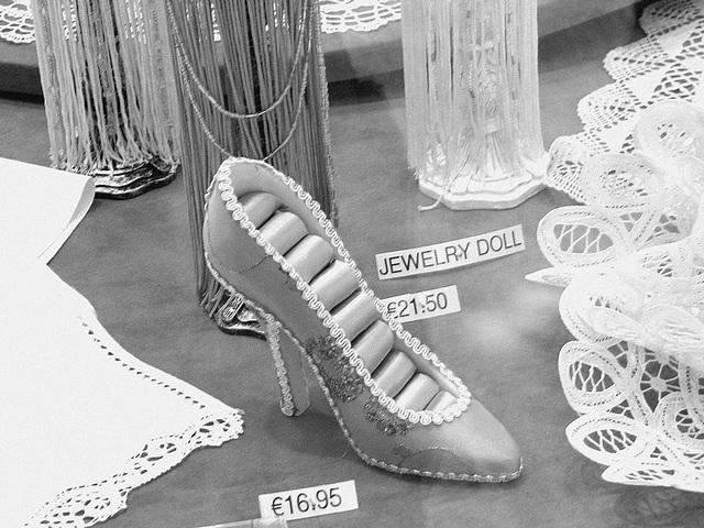 Chaussure érotique à talons hauts par Claudette en Belgique /  Shoes store window in Belgium by Claudette.  Avec / with permission.  - N & B