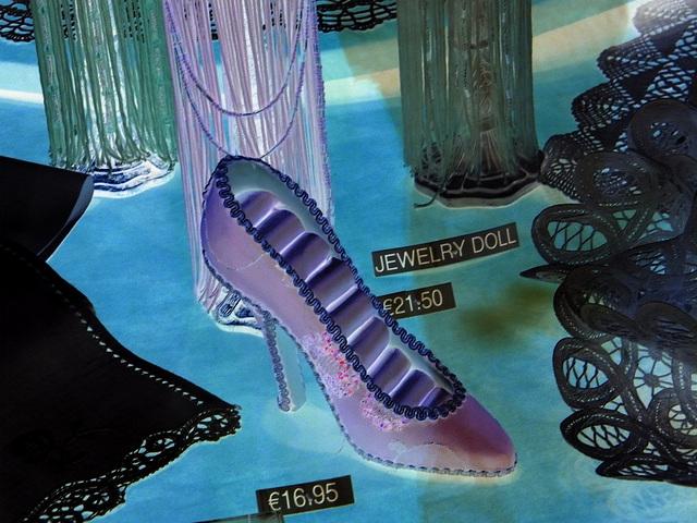 Chaussure érotique à talons hauts par Claudette en Belgique /  Shoes store window in Belgium by Claudette.  Avec / with permission. -  Négatif