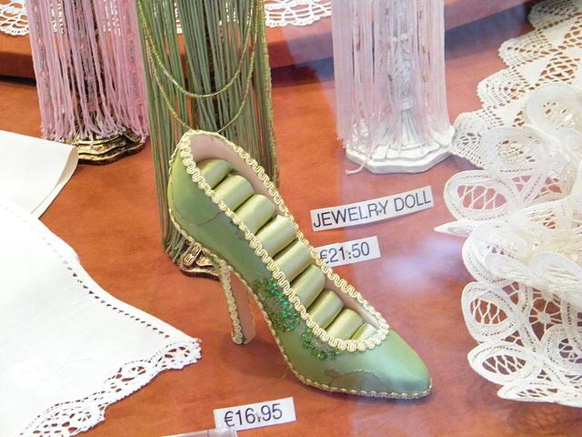 Chaussure érotique à talons hauts par Claudette en Belgique /  Shoes store window in Belgium by Claudette.