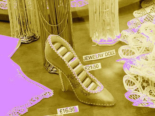 Chaussure érotique à talons hauts par Claudette en Belgique /  Shoes store window in Belgium by Claudette / Sépia bleuté