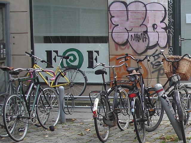 Vélos FOF et graffiti Mama / FOF bikes and Mama graff.   Copenhague . 20-10-2008