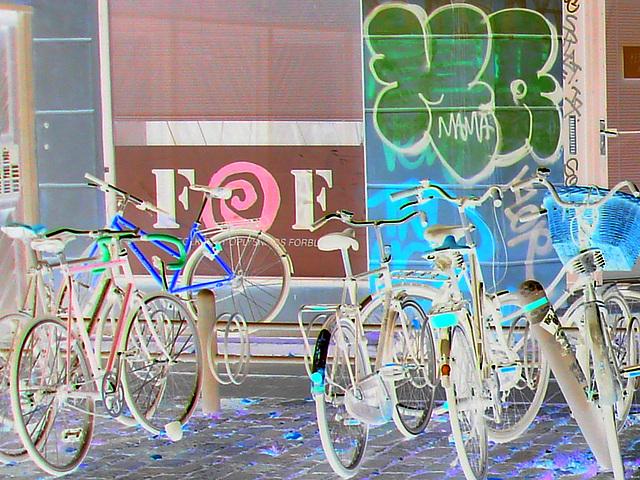 Vélos FOF et graffiti Mama / FOF bikes and Mama graff.   Copenhague . 20-10-2008 - Négatif et couleurs ravivées
