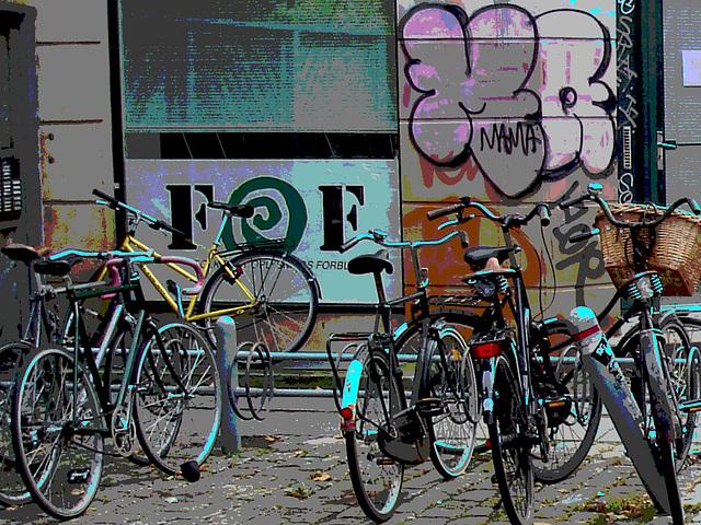 Vélos FOF et graffiti Mama / FOF bikes and Mama graff.   Copenhague . 20-10-2008  - Vélos postérisés