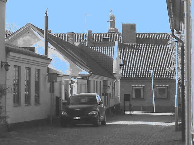 Bureau d'avocat au crépuscule /  Advokat building  at dusk -  Laholm  /  Suède - Sweden.  25 octobre 2008  - N & B avec ciel bleu ajouté