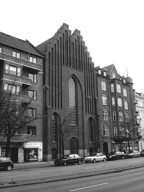 Salon de coiffure et église Viking / Frisor salon danish street church.  Copenhague, Danemark.   20-10-2008- N & B