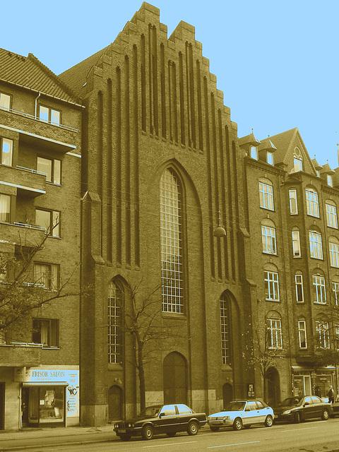 Salon de coiffure et église Viking / Frisor salon danish street church.  Copenhague, Danemark.   20-10-2008  - Sepia et touche de bleu