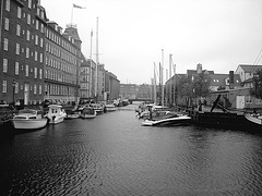 Rue d'eau au centre-ville /  Downtown river road.    Copenhague  - 26-10-2008 - N & B