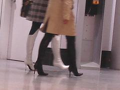 Duo sexy en bottes à talons aiguilles /  Sexy duo in stiletto heeled boots -  Aéroport de Montréal / Montreal airport.  15 novembre 2008  - Talons aiguilles sur plancher luisant