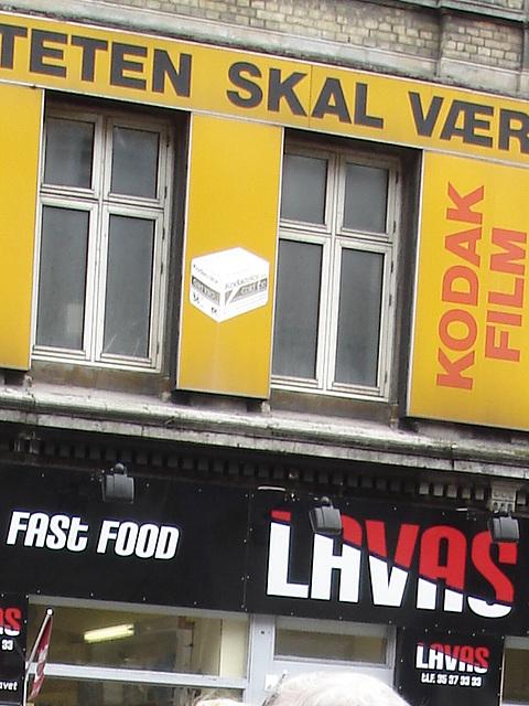 La façade colorée de la malbouffe danoise par excellence /  Lavas fast food danish façade  -  Copenhague, Danemark.  19-10-2008