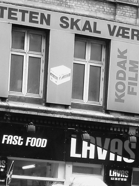 La façade colorée de la malbouffe danoise par excellence /  Lavas fast food danish façade  -  Copenhague, Danemark.  19-10-2008 -  N & B