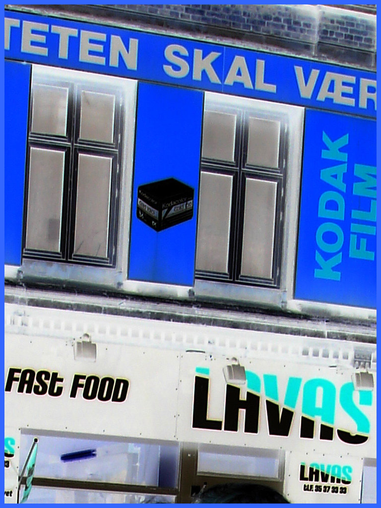 La façade colorée de la malbouffe danoise par excellence /  Lavas fast food danish façade  -  Copenhague, Danemark.  19-10-2008  - Traitement négatif