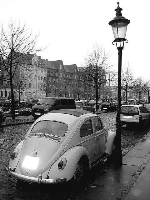 VW et lampadaire /  VW & street lamp - Copenhagen. 26-10-2008 -  N & B