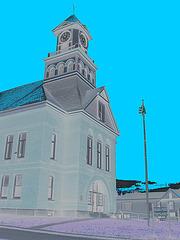 Palais de justice /  Courthouse -  Newport, Vermont.  USA / États-Unis.  23 mai 2009-  N & B en négatif et ciel bleu photofiltré