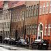 Pavé mouillé et façade danoise / - Wet pavement & danish façade.  Copenhague.  26 -10 -2008