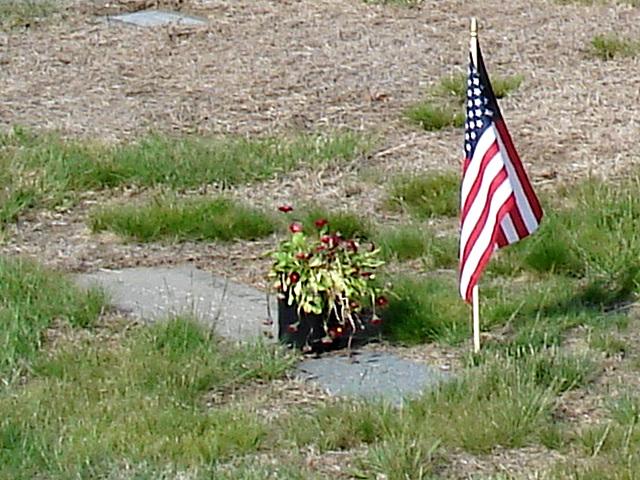 Cimetière St-Charles / St-Charles cemetery -  Dover , New Hampshire ( NH) . USA.   24 mai 2009   - Plaque & flag / Drapeau et plaque.