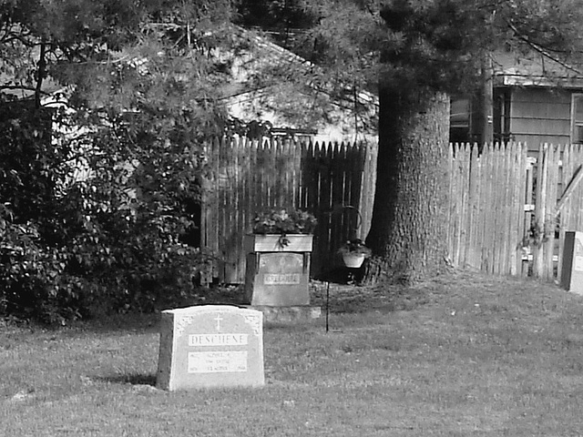 Cimetière St-Charles / St-Charles cemetery -  Dover , New Hampshire ( NH) . USA.   24 mai 2009   - N & B