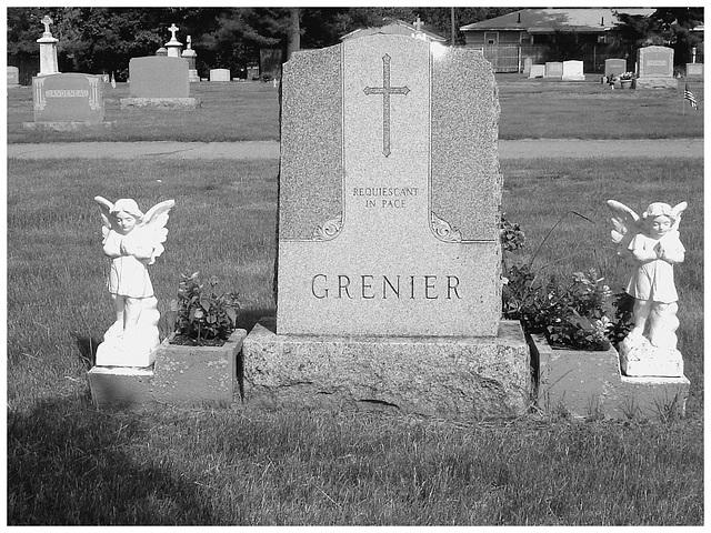 Cimetière St-Charles / St-Charles cemetery -  Dover , New Hampshire ( NH) . USA.   24 mai 2009   - Grenier.  N & B