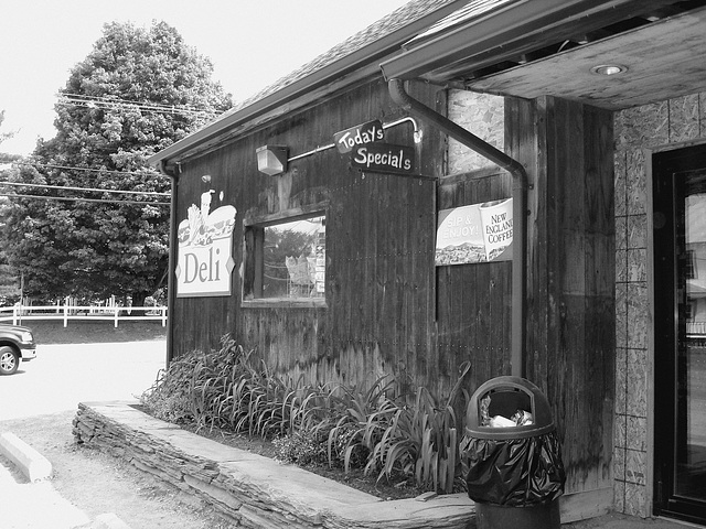J's corner store & deli - Johnson.  Vermont -  USA  / États-Unis.  23 mai 2009 .  N & B