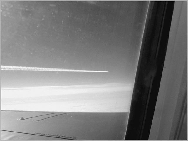 Overtaking jet / Jet sur la gauche -  Vol Bruxelles-Montréal.  29 oct 2008 -  N & B
