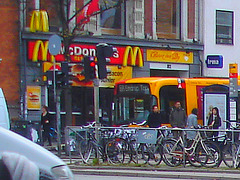 Autobus et big mac /  Mc Donald's and yellow bus.  Copenhague.  20 octobre 2008  - Recadrage flou avec belles couleurs
